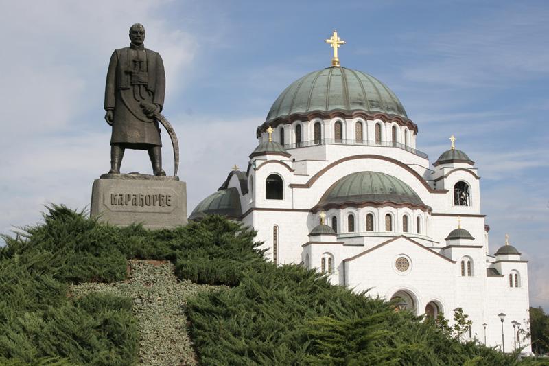 Памятник сербскому вождю Карагеоргию рядом с храмом Святого Саввы в Белграде. Фото Алексея Чурилова.
