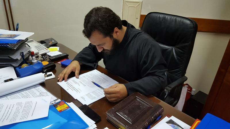 Секретарь митрополии иеромонах Анджелко изучает документы, привезенные из Красноярска. Цетиньский монастырь, 9 октября 2016.